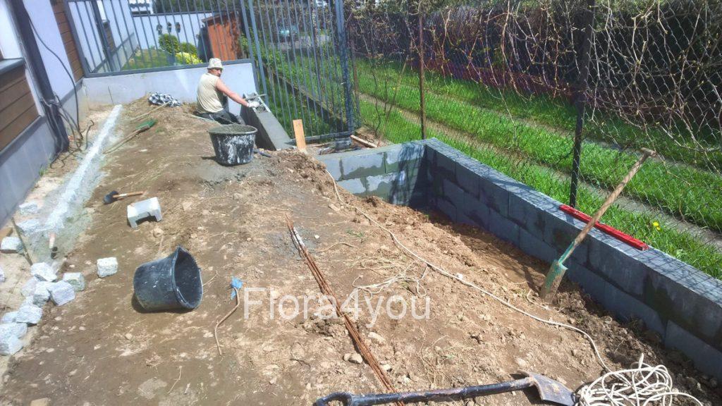 Murek oporowy budowany podczas zakładania ogrodów